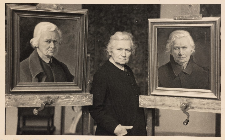 Ottilie W. Roederstein vor zwei Selbstportraits